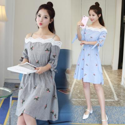 女人志 2017夏季新款女装性感露肩一字领收腰条纹刺绣连衣裙