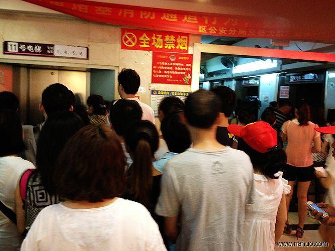 广州白马服装市场位于广州市越秀区,紧邻广州火车站的站南